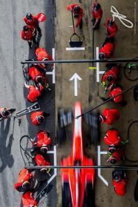 ferrari-pit-crew